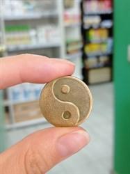 Сувенирные монетки ручной чеканки Ом-Инь-Ян
